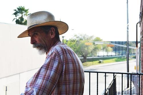 ギャラリーのバルコニーから国境のフェンスが見える。「(国境を越えたメキシコ側の)マタモロスには週1回は行くかな。向こうでアートを見たり、画材を見たり。向こうの方が人口も多いし、ブラウンズビルよりもいろいろあるよ」