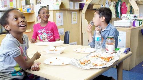 テスト対策ばかりだった授業は様変わりした。写真はピザ屋の営業を通した読み書きソロバンの授業(写真:Retsu Motoyoshi)