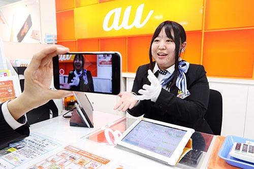 ピーアップが運営する店舗ではスマホで接客の模様を動画で撮影し共有する(写真 北山宏一)