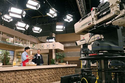 QVCの撮影スタジオ。左が「ナビゲーター」で、右が「ゲスト」(写真 都築 雅人)