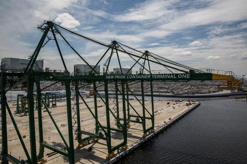 タンジュンプリオク港の、新しい国際コンテナターミナルに設置された大型クレーン(撮影:Kemal Jufri、以下同)