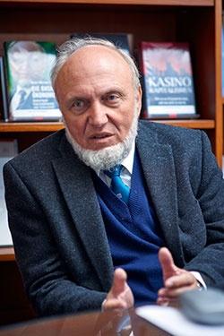 プロフィール ハンスウェルナー・ジン(Hans-Werner Sinn)氏 1948年3月生まれ。72年ミュンスター大学マクロ経済学修士号取得、78年マンハイム大学マクロ経済学博士号取得。同大学マクロ経済学統計学教授などを経て、99年独Ifo経済研究所所長。ミュンヘン大学マクロ経済学・財政学部主任教授も兼務。Ifo研究所はドイツの経済政策などを担う公的研究機関で、ドイツ6大研究所の1つとされる。(写真:永川 智子、以下同)