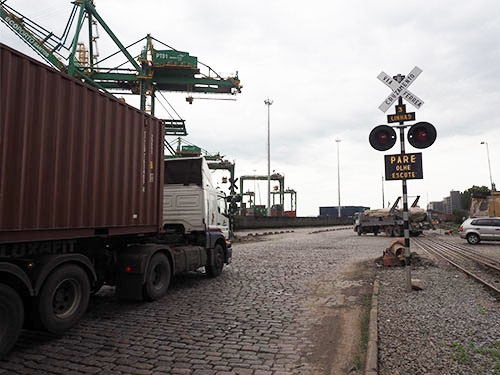 線路を横断するトレーラー。サントスのような巨大な港湾で、幹線道路と線路が交差するという動線は通常あり得ない