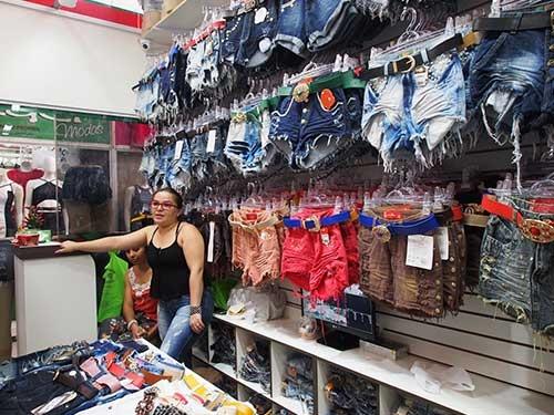 「一日の売上高が4割落ちた」と語るデニムパンツ店の女性は語った