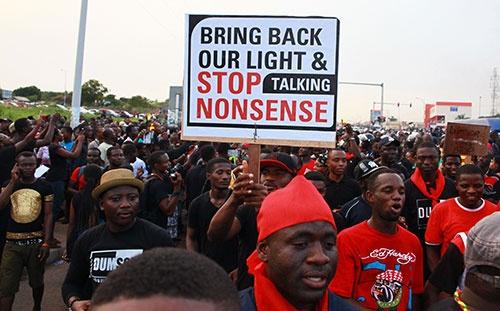 ガーナでは、各地で頻発する計画停電に抗議するデモが繰り返されている。