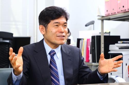 "<span class=""fontBold"">柳川 範之(やながわ・のりゆき) </span><br />東京大学大学院経済学研究科教授。1963年生まれ。父の仕事の関係でシンガポールで小学校を卒業。高校時代をブラジルで過ごしたのち、大学入学資格検定試験合格。88年、慶應義塾大学経済学部通信教育課程卒業。93年、東京大学大学院博士課程修了。経済学博士。96年、東大助教授。2011年より現職。著書に『日本成長戦略 40歳定年制』(さくら舎)、『東大教授が教える知的に考える練習』(草思社)など。(撮影:北山宏一 以下全て)"
