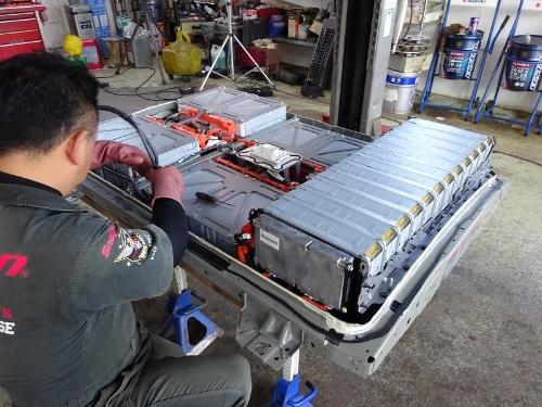 図3 電池パック内も分解。弁当箱のような形状の電池モジュールが並ぶ