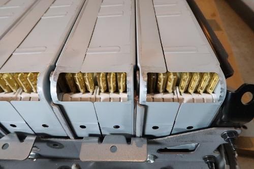 図3 8枚のセルから成る電池モジュール。ラミネート型でエネルギー密度は240Wh/kg程度とみられる