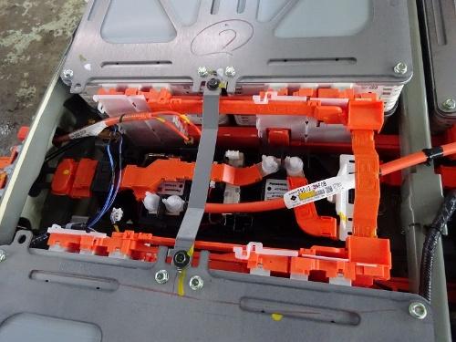 図4 電池パック中央の前方部分にあるジャンクションボックス。高圧直流電流を遮断するリレーを搭載