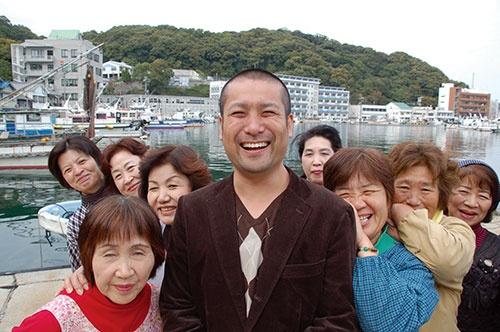 兵庫県・家島の婦人部のみなさんと。当初はうさん臭がっていたお母さんたちも次第に心を開いてくれた