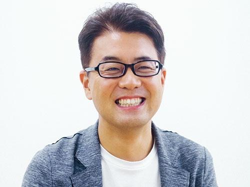 エイトブランディングデザイン代表、西澤明洋氏。1976年 滋賀県生まれ。2002年に京都工芸繊維大学大学院工芸科学研究科造形工学専攻修士課程修了、同年に東芝入社。デザインセンターに勤務。独立後、2006年にエイトブランディングデザインを設立。クラフトビール「COED」や抹茶カフェ「nana's green tea」のブランディングデザインを開始。2016年にスタッフを15 人に増員、ヤマサ醤油「まる生ぽん酢」などのプロジェクトを手がける。(写真=名児耶 洋)