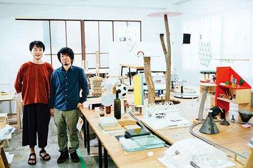 トラフ建築設計事務所 共同主宰<br /> 鈴野浩一氏(写真左)は1973年神奈川県生まれ。96年東京理科大学工学部建築学科卒業、98年に横浜国立大学大学院工学部建築学専攻修士課程修了後、シーラカンス K&Hに勤務。2001年に同社を退社し、2002年にメルボルンのKerstin Thompson Architectsへ。翌年退社し、 2004年にトラフ建築設計事務所の共同主宰に。禿(かむろ)真哉氏(写真右)は74年島根県生まれ。 97年、明治大学理工学部建築学科卒業、99年同大学大学院修士課程修了。2000年に青木淳建築計画事務所へ。2003年に同社を退社し、2004年にトラフ建築設計事務所共同主宰に。写真:西田香織。