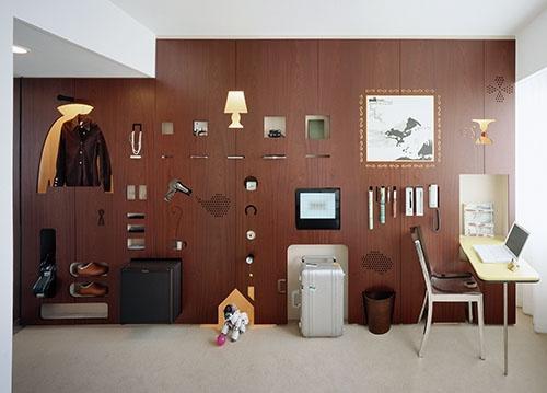 鈴野氏と禿氏の最初の仕事である「テンプレート イン クラスカ」。テンプレートをモチーフにした1枚の薄い壁に、ホテルの備品や宿泊者の荷物などを陳列。(写真:阿野太一)