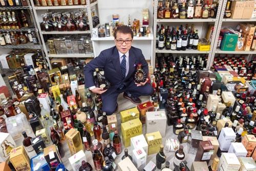 家庭内に眠るウイスキーなどを買い取るのぶちゃんマンの滝下信夫社長。(写真撮影:菅野勝男)