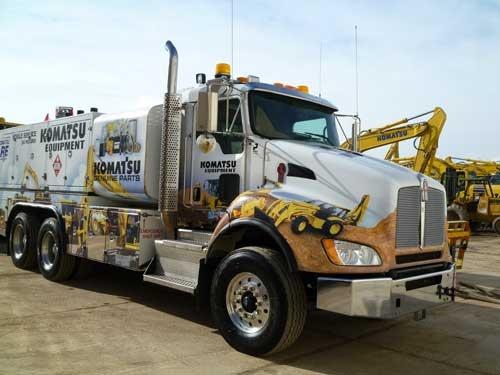 「Komatsu care(コマツケア)」のロゴで彩られた超大型トラック。工具一式や部品、油脂類が満載されており、定期点検など顧客サービスの移動式拠点となる