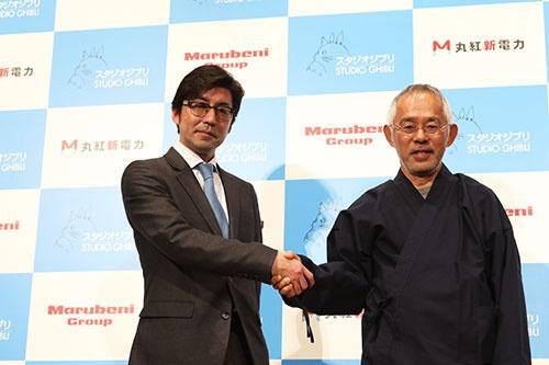 スタジオジブリの鈴木敏夫プロデューサー(右)は、丸紅新電力の福田知史社長(左)と「相性が合う」と話した(写真:北山宏一)