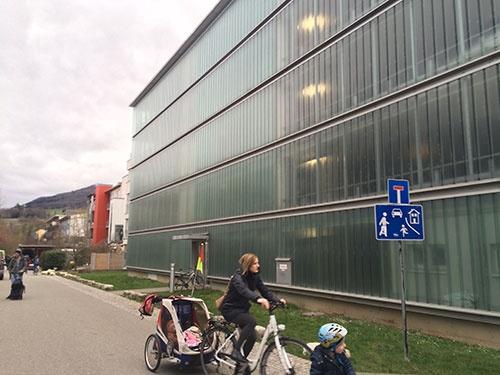 住宅街の入り口に作られた立体式の駐車場。脇には車の進入を禁止する標識が立っている