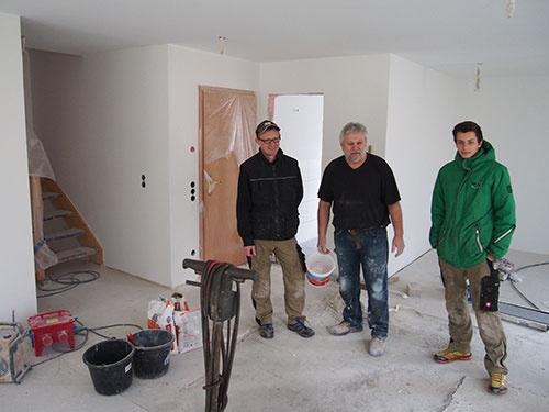 ドイツ南西部の工務店で働く従業員ら。「最近は大半の仕事が中古リフォーム関連に変わった」と打ち明ける