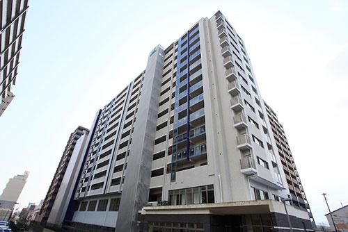 大津市のマンションの外観。14階建てで2009年に完成した(写真:全て石田 高志)