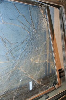 14階から落下した防風スクリーン。1枚約50kg。隣のマンションの駐車場に落下した。