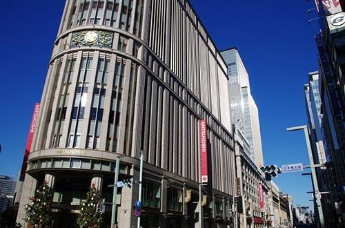 三越伊勢丹ホールディングスは2018年から、主要店舗で正月三が日は休業し、4日からの営業とすることを検討する。写真は日本橋三越本店。(写真:PIXTA)
