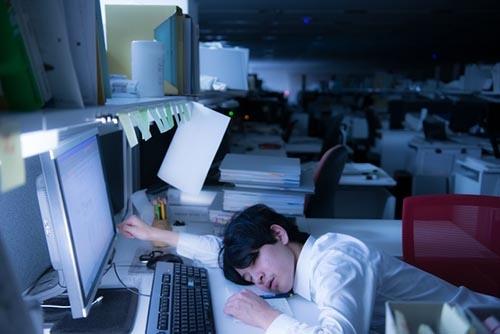 政府は長時間労働是正に関する本格的な議論を始めた。残業時間の上限規制が法定化される見通しだ。(写真:PIXTA)