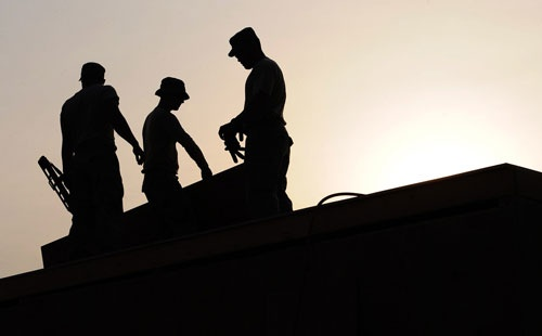 建設現場などでは人手不足が深刻だが、「出稼ぎ」に頼るだけでいいのだろうか。