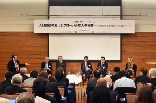 日本国際交流センター主催の「人口動態の変化とグローバルな人の移動」と題したシンポジウム。2月22日に行われた。右から2人目がミュッツェニヒ議員、左へ河野太郎議員、中川正春議員。