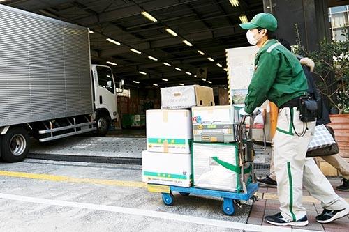 人手不足と荷物の増加を背景に、クロネコヤマトの宅急便のような、日本流のきめ細かいサービスは大きな壁にぶつかっている。(写真:Rodrigo Reyes Marin/アフロ)
