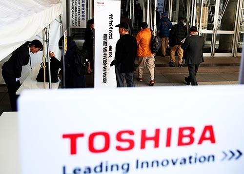 経営危機に陥っている東芝は、損失を穴埋めし経営再建を図るため、稼ぎ頭の半導体事業の切り離しを3月30日の臨時株主総会で決議した(写真:ロイター/アフロ)