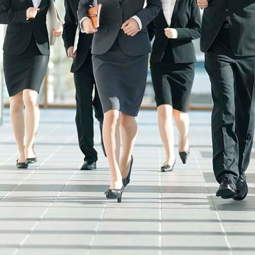 新入社員が直面する社会の壁とは(写真:TADAO KIMURA/アフロ)