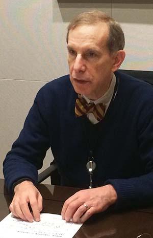 <b>ロバート・フェルドマン氏</b><br/>1953年米国生まれ。1970年、米国からAFS交換留学生として初来日、名古屋で1年間過ごした後、野村総合研究所(1973~74年)および日本銀行(1981~82年)で研究業務に従事。マサチューセッツ工科大学で経済学博士号、イエール大学で経済学/日本研究の学士号を取得した。卒業後、ニューヨーク連邦準備銀行、およびチェース・マンハッタン銀行に勤務。1990~97年、ソロモン・ブラザーズ・アジア証券で主席エコノミストを務める。1983~89年、国際通貨基金(IMF)のアジア部、欧州部、調査部に勤務。1998年2月、チーフ・エコノミストとしてモルガン・スタンレー証券会社(現:モルガン・スタンレーMUFG証券株式会社)に入社。アベノミクスなど日本の経済政策に数々の提言を行っている。