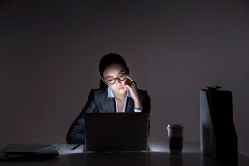長時間残業が常態化している企業は、批判の対象になる(写真:TongRo/アフロ)