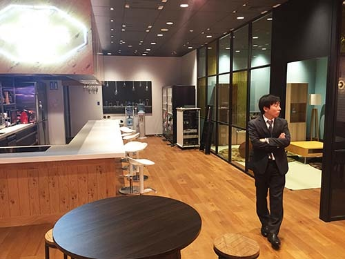東京・日本橋の本社の「交流」のためのフロア。このフロアには、バーのほかにもカフェやリビング、多様なフリースペース、趣向をこらした会議室などがある