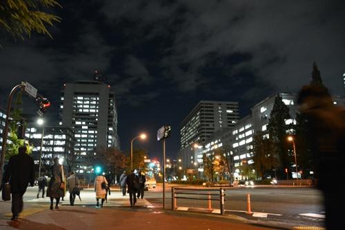 残業規制が強まると、官庁街やオフィス街の夜の風景も変わるのか。(写真:毎日新聞社/アフロ)