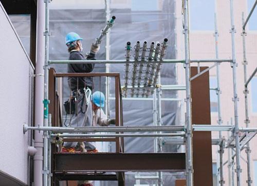 仮設足場の組立と解体作業員。建設現場では人手不足が深刻な問題になっている
