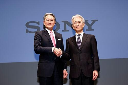 4月1日付で会長に退く平井一夫社長兼CEO(左)と、後任に昇格する吉田憲一郎副社長兼CFO(写真:竹井 俊晴、以下同じ)
