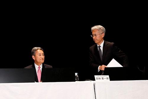 会見中、平井氏は吉田氏の姿を何度も嬉しそうに見つめていた。