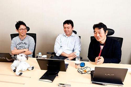 aibo開発チームメンバー。左から順に、電気設計担当の伊豆直之氏、メカ設計の石橋秀則氏、ソフトウェア担当の森田拓磨氏(写真:竹井俊晴)