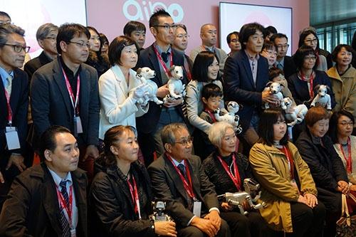 2018年1月11日、ソニー本社でaiboの引き渡しセレモニーが行われた。先代アイボを抱くオーナーの姿も