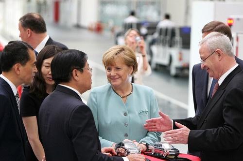 ドイツは中国と蜜月関係を築き、独メーカーに有利な競争環境を勝ち取ってきた(VWの中国合弁工場を視察するメルケル独首相、2014年7月)(写真=Imaginechina/アフロ)
