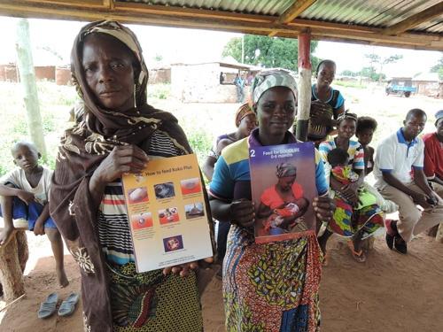 幼児への栄養改善の重要性を説きながら、ココプラスを広める女性起業家たち。