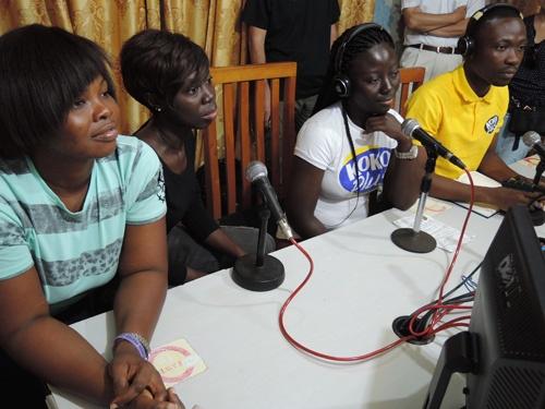 スタッフが地元のラジオ局などに出演し、プロモーションを図っている。