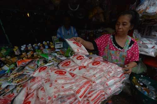 バンコクのクロントゥーイマーケットでは、いたるところで山積みの「味の素」が売られている。1日で売り切れるほど、身近な調味料だ(写真:浮ヶ谷 泰、以下同)