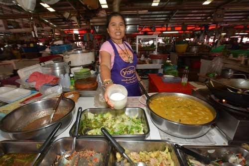 市場で働く人向けの屋台。「味の素」はスープの必需品だ