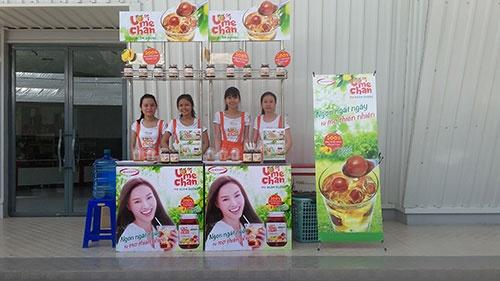 ベトナムの大手量販店の店先などで、ウメのシロップ漬け「うめちゃん」の試飲会を開催している。