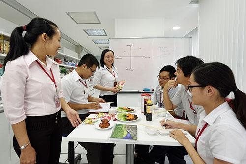 ベトナム味の素のミーティング風景。日本の「Cook Do」のようなメニュー用調味料も、現地のスタッフがチームで開発している