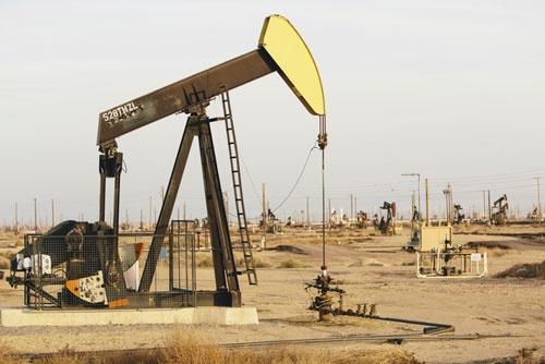 石油相場は今、米国・ロシア・サウジアラビアの三大産油国が主導する時代に突入した(写真:Paul Edmondson/Mint Images/amanaimages)