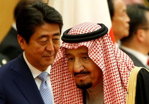 サウジアラビアのサルマン国王(左)は2017年3月に来日し、安倍晋三首相と会談した(写真:ロイター/アフロ)