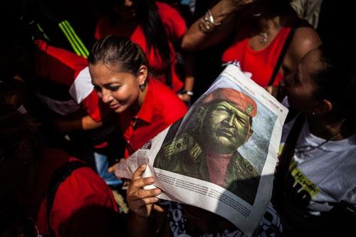 ウゴ・チャベス前大統領は2013年3月に逝去した(写真は同氏の葬儀に集まった支持者)。貧困層を中心に根強い支持を集めたが、独裁色の強い大統領だった(写真:Polaris/amanaimages)